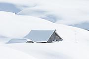 Schneebedecktes Bauernhof im Winter