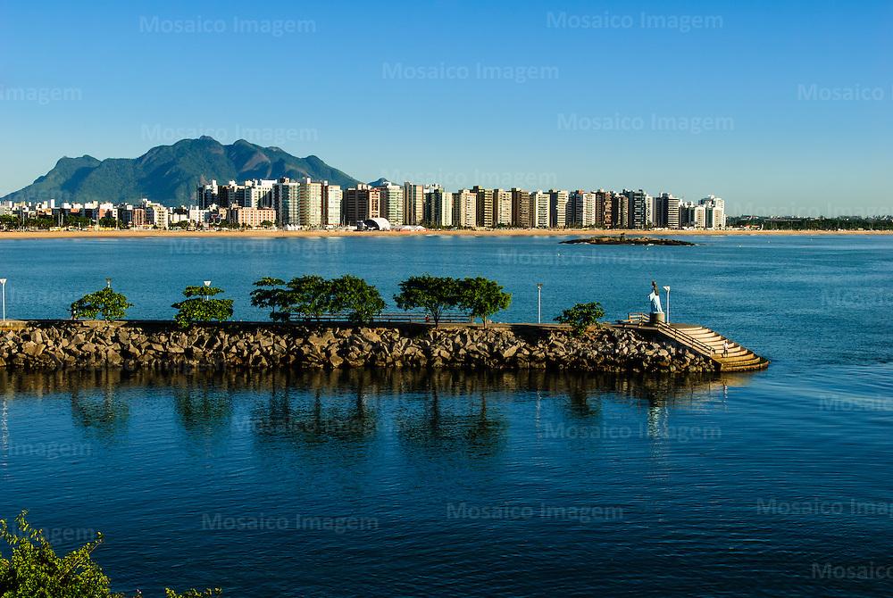 Brasil - Espirito Santo - Vitoria - Pier de Yemanja na Praia de Camburi com Mestre Alvaro ao fundo - Foto: Tadeu Bianconi/ Mosaico Imagem