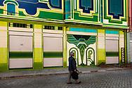 Comercial andando por El Alto observando uno de los edificiosn construdos por Freddy Mamani