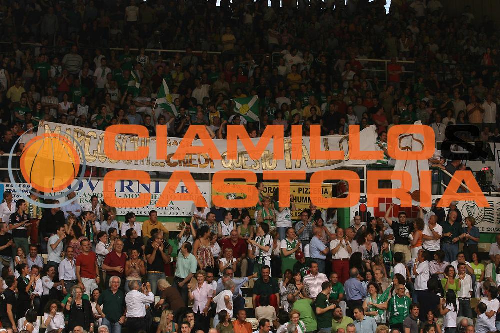 DESCRIZIONE : Siena Lega A1 2006-07 Playoff Finale Gara 3 Montepaschi Siena VidiVici Virtus Bologna <br /> GIOCATORE : Tifosi Striscione Ironico Per Markovski<br /> SQUADRA : Montepaschi Siena<br /> EVENTO : Campionato Lega A1 2006-2007 Playoff Finale Gara 3 <br /> GARA : Montepaschi Siena VidiVici Virtus Bologna <br /> DATA : 17/06/2007 <br /> CATEGORIA : Curiosita<br /> SPORT : Pallacanestro <br /> AUTORE : Agenzia Ciamillo-Castoria/M.Marchi