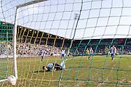 DEN HAAG, ADO Den Haag - Vitesse, voetbal Eredivisie, seizoen 2013-2014, 02-10-2013, Kyocera Stadion, Vitesse speler Davy Propper (M) scoort de 1-1, ADO Den Haag keeper Gino Coutinho (2L) is kansloos.