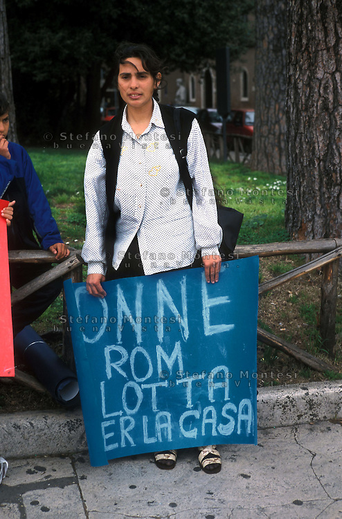Roma  2001 .Manifestazione  di rom romeni a piazza Venezia, che occupano un casolare nella zona di Tor Carbone contro lo  sgombero e per il diritto alla casa .Rome 2001.Demonstration of Romanian Roma to Piazza Venezia, who occupy a house in the area of Tor Carbone against eviction and housing rights..the banner reads: Roma women in  struggle for home.