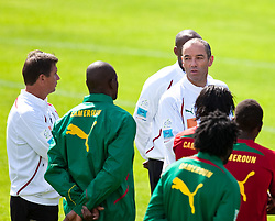 21.05.2010, Dolomitenstadion, Lienz, AUT, WM Vorbereitung, Kamerun Training im Bild Paul Le Guen, Trainer, Nationalteam Kamerun, FRA spricht mit dem Yves Colleu, Co-Trainer, Nationalteam Kamerun, FRA, EXPA Pictures © 2010, PhotoCredit: EXPA/ J. Feichter / SPORTIDA PHOTO AGENCY
