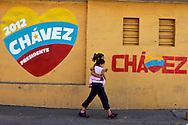 SAÚDE DE CHÁVEZ -  CARACAS - 04/01/2013 .INTERNACIONAL -  Moradora de Caracas da Zona Oeste. Hugo Chávez, que foi operado em Cuba em dezembro último em decorrência de um câncer e tem enfrentado um pós-operatório difícil.  FOTO: DANIEL GUIMARÃES/FRAME