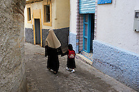 Maroc, Tanger, ecolier dans la Medina // Morocco, Tangier (Tanger), school child on the old city (Medina)
