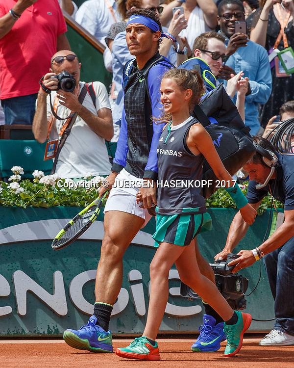 RAFAEL NADAL (ESP) kommt mit einem Ballmaedchen auf den Platz,Finale,Endspiel,<br /> Tennis - French Open 2017 - Grand Slam / ATP / WTA / ITF -  Roland Garros - Paris -  - France  - 11 June 2017.