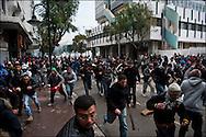 Avenue de Paris les manifestants affrontent les forces de police. // Des affrontements entre la police et les manifestants ont éclaté dans le centre de Tunis, notamment avenue Habib Bourguiba, faisant (selon Associated Press) 3 morts (prétendument par balle) et 12 blessés parmi les manifestants, Tunis le 26 février 2011.