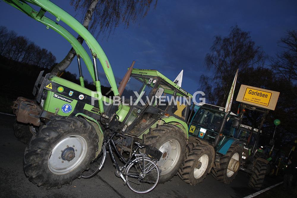 Am Rande der gro&szlig;en Anti-Atom-Kundgebung bei Dannenberg blockieren Landwirte eine der beiden m&ouml;glichen Transportstrecken f&uuml;r den Castor. Sie verkeilen dazu mehrere Landmaschinen.<br /> <br /> Ort: Splietau<br /> Copyright: Andreas Conradt<br /> Quelle: PubliXviewinG