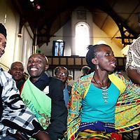 Nederland, Amsterdam , 12 oktober 2014.<br /> Amoiloeloe Doekoe Alias Joney (2e van rechts) uit Pikin Slee, een dorp uit de binnenlanden van Suriname en de Sarammaccaanse kapitein (dorpshoofd) Morea King (l) in de kerk bij Ruigoord waar het culturele evenement Magie, muziek en Poezie uit Suriname plaats vindt.<br /> Foto:Jean-Pierre Jans