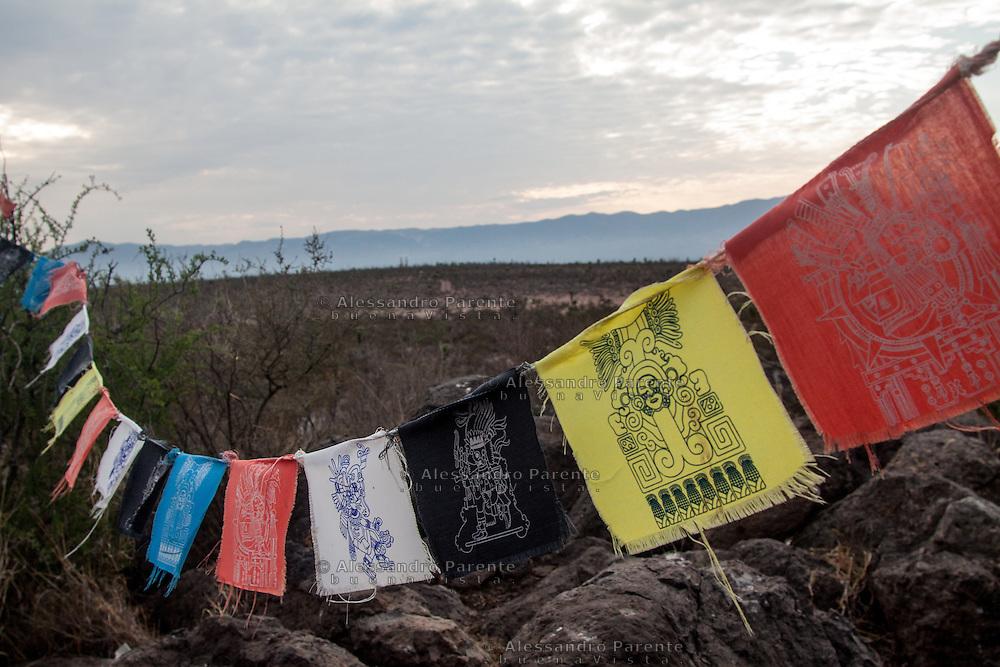 Alcuni simboli dell'etnia huichol decorano l'altare delle offerte, nella collina del &quot;vernalejo&quot;<br /> Some huchol symbols decorate the offers mountain called &quot;vernalejo&quot;