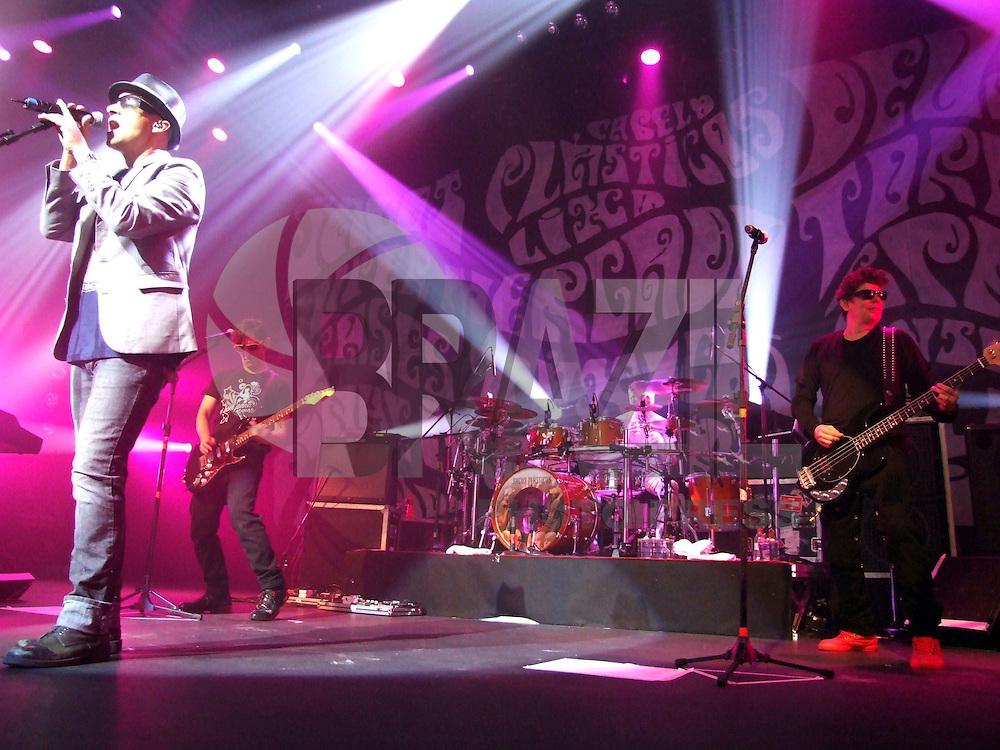 """SÃO PAULO, SP, SÁBADO, 19 DE SETEMBRO DE 2009 - SHOW TITÃS -  A banda Titãs no o show de lançamento de seu novo CD """"Sacos Plásticos"""". Pela primeira vez, Branco Mello (voz e baixo), Charles Gavin (bateria), Paulo Miklos (voz e guitarra), Sérgio Britto (voz, teclados e baixo) e Tony Bellotto (guitarra). A banda apresenta seus novos sucessos """"Porque eu sei que é amor"""", """"Antes de você"""", """"Sacos plásticos"""" e """"A estrada"""", além dos clássicos """"Televisão"""", """"Go back"""" e """"Diversão"""". No Citibank Hall no bairro de Moema região sul da capital paulista (FOTO: BRAZIL PHOTO PRESS)."""
