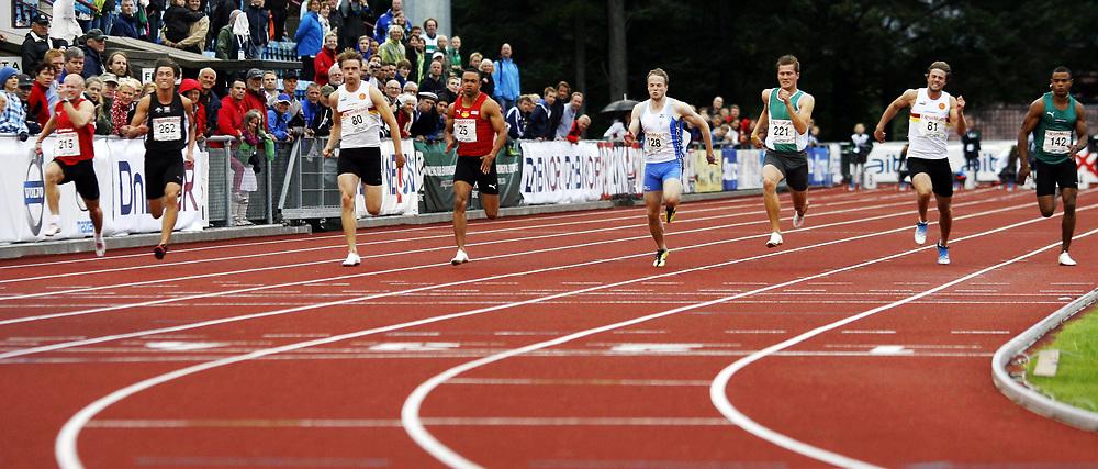 Friidrett, , 20. august  2010 , NM senior , hovedmesterskapet <br /> <br /> Finalen på 100 m for menn med  fra venstre: , Riquelvis Santiago (142)  , Modum , Jarle Hollund (81) , Gular , Christian Settemsli Mogstad (221) , Tormod Hjortnæs Larsen (126), Peter Osazuwa (25) , Alexander Karlsson (80), Gular , Philip Bjørnå Berntsen (262) og Paul Anders Holte (215) , Skjalg
