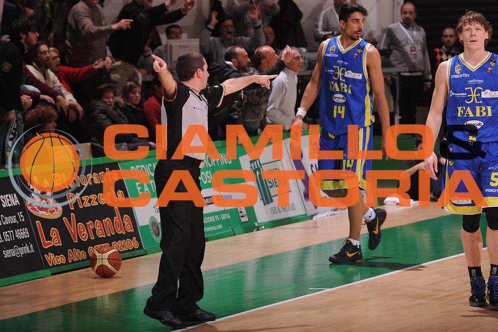DESCRIZIONE : Siena Lega Basket A 2011-12  Montepaschi Siena Fabi Shoes Montegranaro<br /> GIOCATORE : arbitro<br /> CATEGORIA : mani<br /> SQUADRA : Montepaschi Siena<br /> EVENTO : Campionato Lega A 2011-2012 <br /> GARA : Montepaschi Siena Fabi Shoes Montegranaro<br /> DATA : 15/01/2012<br /> SPORT : Pallacanestro  <br /> AUTORE : Agenzia Ciamillo-Castoria/ GiulioCiamillo<br /> Galleria : Lega Basket A 2011-2012  <br /> Fotonotizia : Siena Lega Basket A 2011-12 Montepaschi Siena Fabi Shoes Montegranaro<br /> Predefinita :