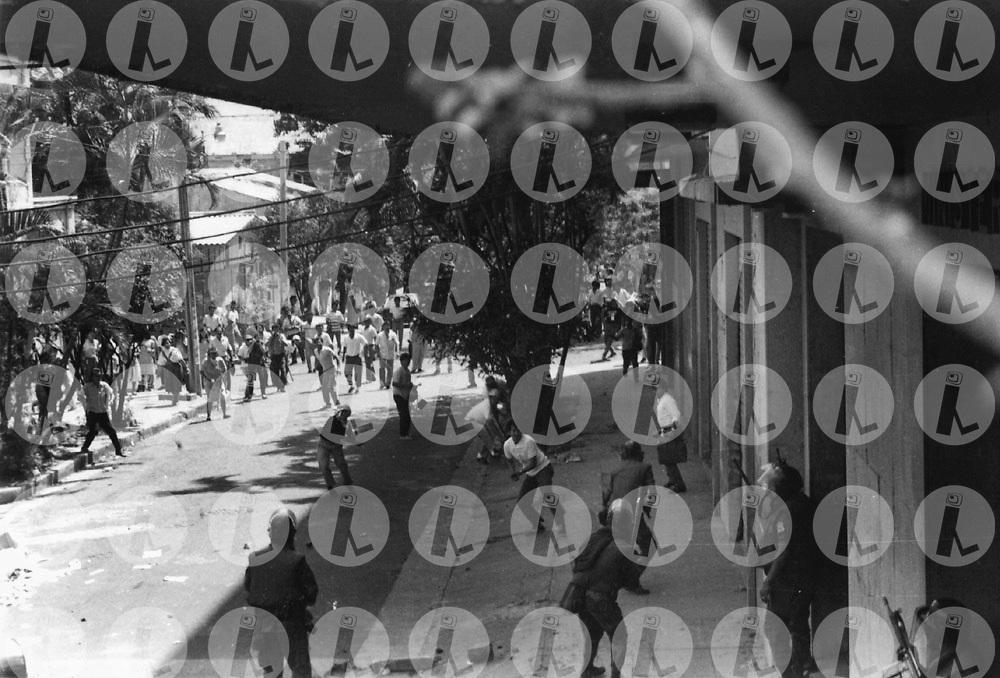 Trabajadores de la Federación Salvadoreña de Trabajadadores (FEASIES) se enfrentan a miembros de la policia nacional civil durante la huelga de trabajadores del ministerio de Hacienda en 1991.(IL Photo).