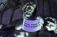 Roma 7 Febbraio 2011.Le statue di Roma tornano a parlare,  durante la notte  sono stati appesi dei cartelli sulle staue che fanno riferimento alla situazione politica attuale. Statua di via XX Settembre
