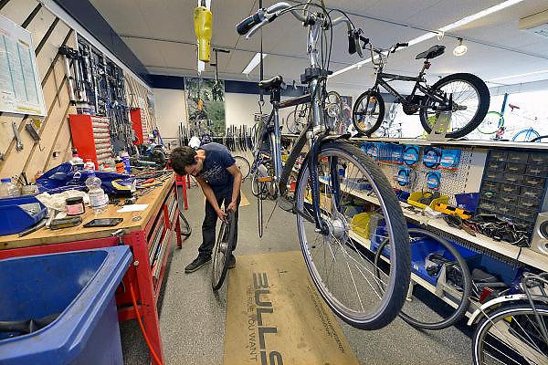 Nederland, Eindhoven, 9-9-2015Fietsenmaker bij fietsenwinkel De Rijwielcentrale.FOTO: FLIP FRANSSEN/ HH