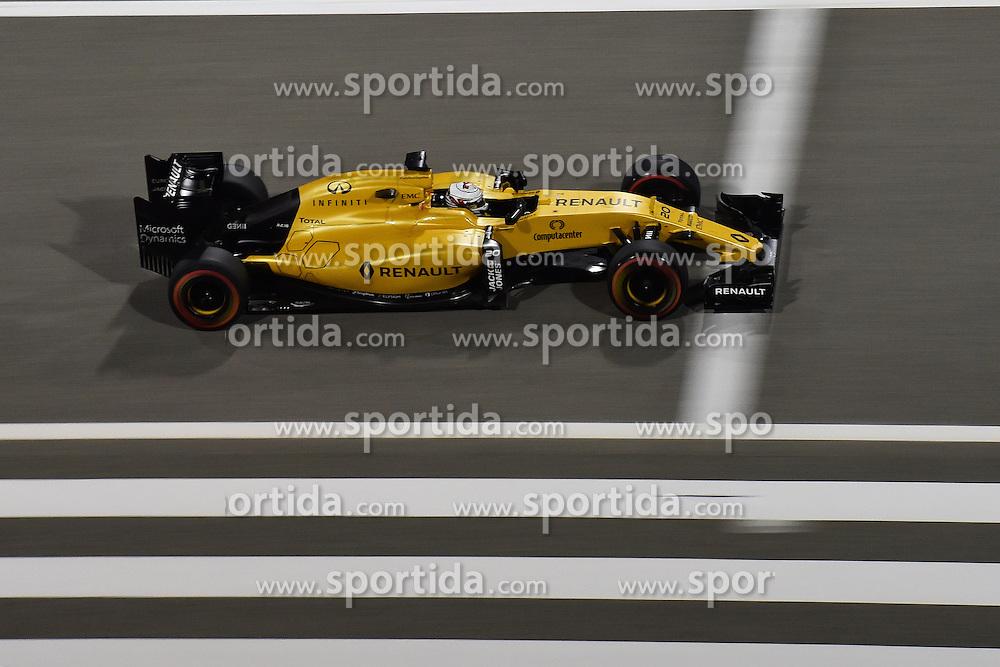 03.04.2016, International Circuit, Sakhir, BHR, FIA, Formel 1, Grand Prix von Bahrain, Rennen, im Bild Kevin Magnussen (DEN) Renault Sport F1 Team RS16 // during Race for the FIA Formula One Grand Prix of Bahrain at the International Circuit in Sakhir, Bahrain on 2016/04/03. EXPA Pictures &copy; 2016, PhotoCredit: EXPA/ Sutton Images<br /> <br /> *****ATTENTION - for AUT, SLO, CRO, SRB, BIH, MAZ only*****