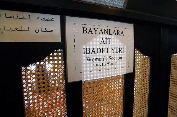 Turkije, Istanbul, 4-6-2011In de Sultanahmed moskee moeten vrouwen in een apart deel van de moskee hun gebed doen. Het ligt naast de ingang waar ook de toeristen naar binnen komen.Foto: Flip Franssen