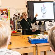 NLD/Amsterdam/201901213 - BN'ers bij het Nationale Voorleesontbijt 2019, Leo Timmers leest voor aan de kinderen