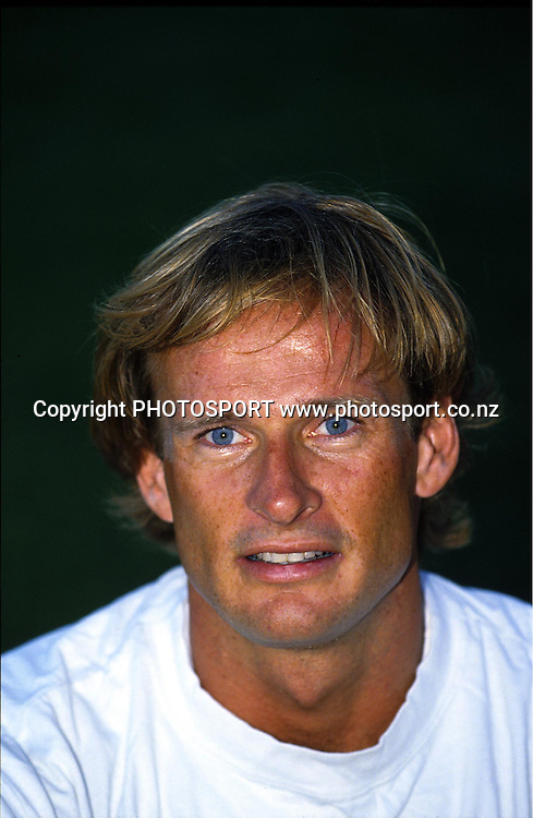 Decathlete Simon Poelman poses for a portrait at the Smokefree track series, 1994. Photo: PHOTOSPORT