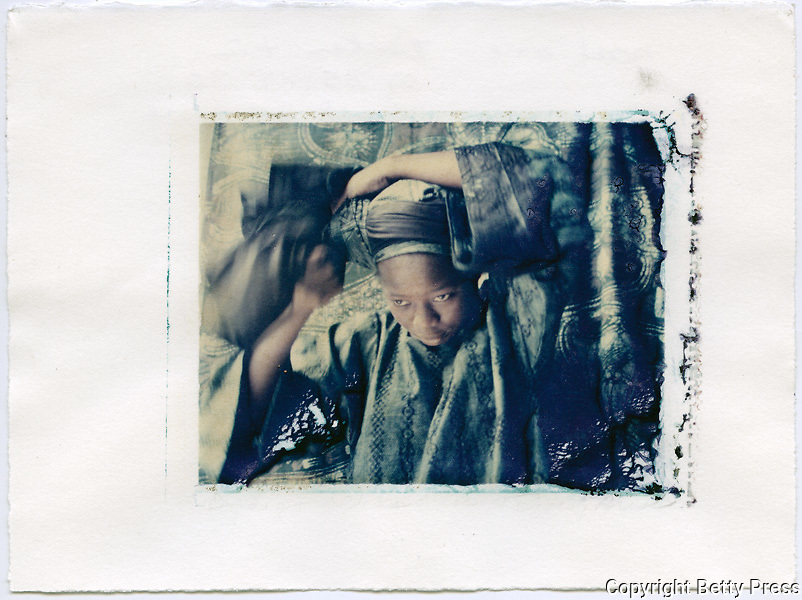 Putting on a headdress of indigo dyed cloth, Oshogbo, Nigeria<br />