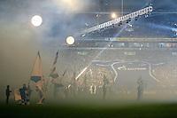 Fussball Internationales Freundschaftsspiel    Testspiel           FC Schalke 04 - Zenit Sankt Petersburg Nach der Praesentation des neuen Trikot, wird das ueberdimensionale Exemplar den Fans in der Nordkurve ueberreischt.