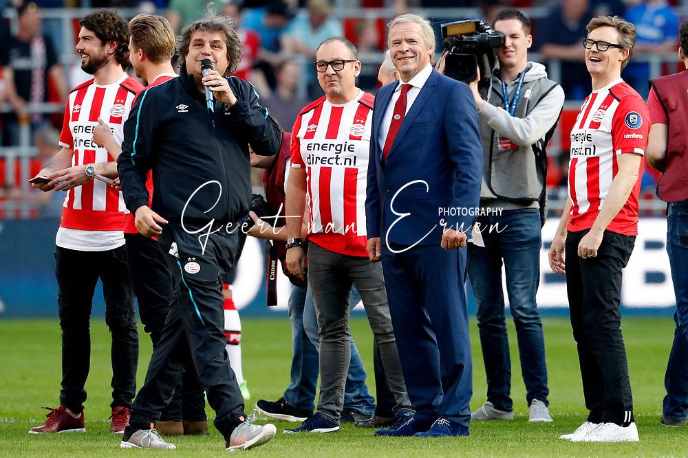 09-04-2017 VOETBAL:PSV-WILLEM II:EINDHOVEN<br /> Erik van Muiswinkel alias Harry van Raaij luistert naar Frank Lammers <br /> <br /> Foto: Geert van Erven
