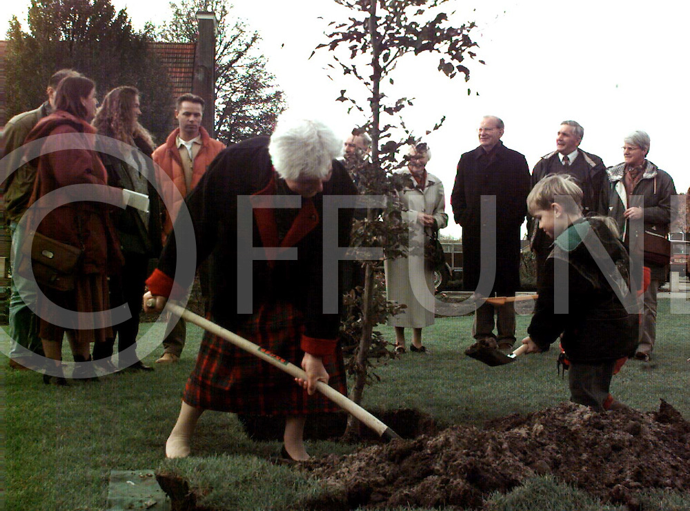 bergentheim: mevrouw helman plant boom ..foto frank uijlenbroek@1995/dio