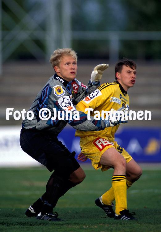 24.05.1998.Antti Kuismala (FC Jazz Pori) v Saku Puhakainen (TPS Turku).©JUHA TAMMINEN