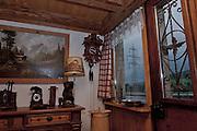 Intérieur de L'Antique Café à Neirivue, Gruyère. Antiquités, mobilier traditionnel, bibelots et ligne de haute tension électrique ...