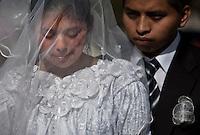 2012-01-28 Olintepeque, Guatemala. Bröllop i byn. Mängder av brudpar samlas utanför stadshuset i Olintepeque. De fotograferas och filmas medan de väntar på sin tur att gå in och vigas. Här det unga paret Maria Teresa Elias (18) och Francisco Javier Guac (20). Foto: Markus Marcetic