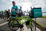 Een bezorger van Deliveroo staat klaar met zijn stadsfiets. In Nieuwegein wordt het NK Fietskoerieren gehouden. Fietskoeriers uit Nederland strijden om de titel door op een parcours het snelst zoveel mogelijk stempels te halen en lading weg te brengen. Daarbij moeten ze een slimme route kiezen.<br /> <br /> In Nieuwegein bike messengers battle for the Open Dutch Bicycle Messenger Championship.