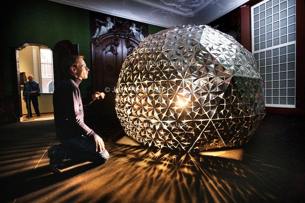 Nederland, Amsterdam , 5 februari 2014.<br /> Kunstenaar Daan Roosegaarde bij zijn kunstwerk Lotus Dome in het Rijksmuseum.<br /> VOORKEURFOTO!<br /> Foto:Jean-Pierre Jans