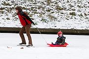 Mensen schaatsen op het ijs op de Catherijnesingel in Utrecht