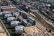 Nederland, Noord-Brabant, Den Bosch, 08-07-2010; Stationsgebied met in de omgeving van het station vastgoed- en projectontwikkeling, luxe appartementen. Ten westen van het station het nieuwe Paleiskwartier ('de nieuwe binnenstad') op de plaats van een voormalige bedrijventerrein (met de glimmende Armade gebouwen)..Station Area, real estate and property development, luxury apartments. West of the station the new Paleiskwartier ('new downtown') at the site of a former industrial site..luchtfoto (toeslag), aerial photo (additional fee required).foto/photo Siebe Swart