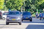 In de extra beveiligde rechtszaal in Amsterdam Osdorp vellen de rechters hun oordeel over Willem Holleeder.<br /> <br /> Op de foto: In 3 gepantserde Range Rovers komt Willem Holleeder aan bij de rechtbank