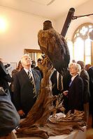 20 JUL 2002, GRANITZ/GERMANY:<br /> Edmund Stoiber (R), CSU Ministerpraesident Bayern und CDU/CSU Kanzlerkandidat, und Ehefrau Karin Stoiber (L), besuchen das Jagdschloss Granitz auf der Insel Ruegen und betrachten einen ausgestopften Adler, im Rahmen der Sommertour das Kanzlerkandidaten<br /> IMAGE: 20020720-01-012<br /> KEYWORDS: Ministerpräsident, Rügen, Sommerreise,  Jagt, Jaeger, Jäger