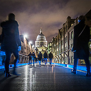 Il Millennium Bridge in direzione St.Paul Cathedral.<br /> <br /> Walking on the Millennium Bridge toward St. Paul Cathedral.