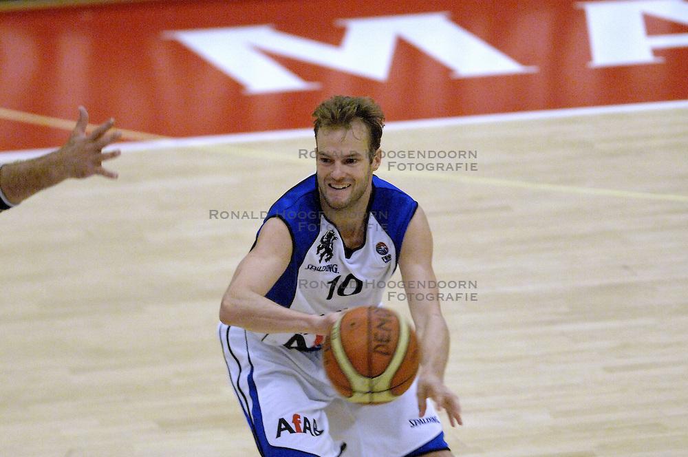 16-09-2006 BASKETBAL: NEDERLAND - ALBANIE: NIJMEGEN<br /> De basketballers hebben ook hun vierde wedstrijd in de kwalificatiereeks voor het Europees kampioenschap in winst omgezet. In Nijmegen werd een ruime overwinning geboekt op Albanie: 94-55 / Sander van der Holst<br /> ©2006-WWW.FOTOHOOGENDOORN.NL