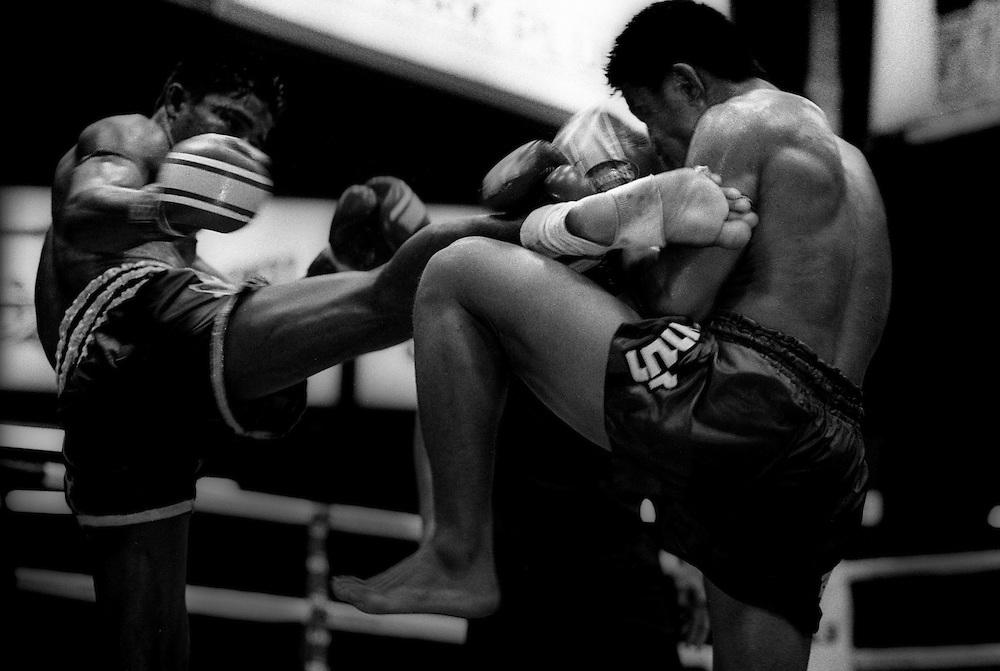 Muay Thai boxing at Lumpini Stadium. Muay Thai/Thai Boxing Bangkok Thailand March 2003.©David Dare Parker /AsiaWorks Photography