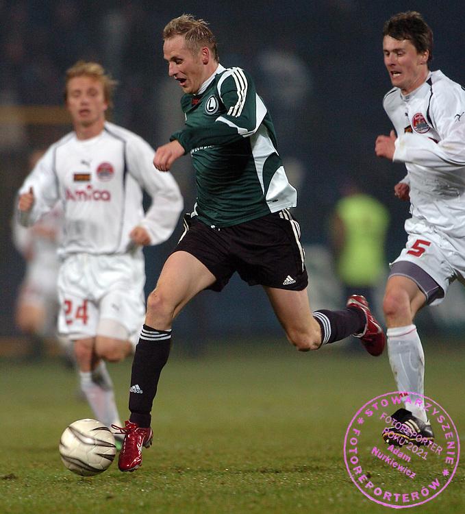 n/z.: Piotr Wlodarczyk (nr9-Legia) podczas meczu ligowego Amica Wronki (biale) - Legia Warszawa (zielone-czarne) 0:2, I liga polska , 13 kolejka sezon 2005/2006 , pilka nozna , Polska , Wronki , 05-11-2005 , fot.: Adam Nurkiewicz / mediasport..Piotr Wlodarczyk (nr9-Legia) fights for the ball during Polish league first division soccer match in Wronki. November 05, 2005 ; Amica Wronki (white) - Legia Warszawa (green-black) 0:2; 13 round season 2005/2006 , football , Poland , Wronki ( Photo by Adam Nurkiewicz / mediasport )