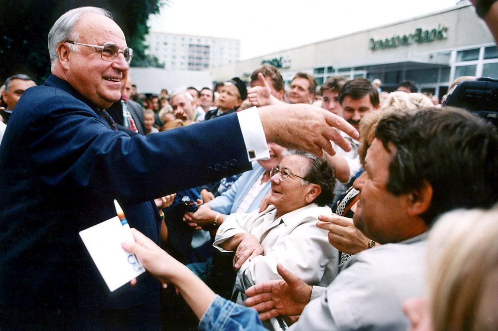 &copy;  christian  JUNGEBLODT.<br />POLITIK: CDU Wahlkampfveranstaltung zur Landtags-<br />wahl 1994 in Brandenburg<br />Hier: Bundeskanzler Helmut Kohl beim Bad in der<br />Menge...<br />Schwedt 24.08.1994