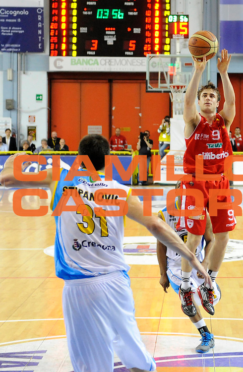 DESCRIZIONE : Cremona Lega A 2012-13 Vanoli Cremona Cimberio Varese<br /> GIOCATORE : Andrea De Nicolao<br /> SQUADRA : Cimberio Varese<br /> EVENTO : Campionato Lega A 2012-2013<br /> GARA :  Vanoli Cremona Cimberio Varese<br /> DATA : 21/04/2013<br /> CATEGORIA : Tiro  <br /> SPORT : Pallacanestro<br /> AUTORE : Agenzia Ciamillo-Castoria/A.Giberti<br /> Galleria : Lega Basket A 2012-2013<br /> Fotonotizia : Cremona Lega A 2012-13 Vanoli Cremona Cimberio Varese<br /> Predefinita :