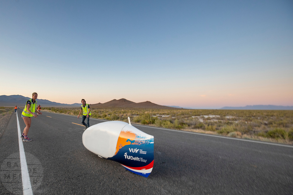 De avondrun op de zevende en laatste racedag. Het Human Power Team Delft en Amsterdam, dat bestaat uit studenten van de TU Delft en de VU Amsterdam, is in Amerika om tijdens de World Human Powered Speed Challenge in Nevada een poging te doen het wereldrecord snelfietsen voor vrouwen te verbreken met de VeloX 9, een gestroomlijnde ligfiets. Dat staat sinds 13 september 2019 op naam van Ilona Peltier met 126,52 km/u. De Canadees Todd Reichert is de snelste man met 144,17 km/h sinds 2016.<br /> <br /> With the VeloX 9, a special recumbent bike, the Human Power Team Delft and Amsterdam, consisting of students of the TU Delft and the VU Amsterdam, wants to set a new woman's world record cycling in September at the World Human Powered Speed Challenge in Nevada. The current record is 126,52 km/h by Ilona Peltier.  The fastest man is Todd Reichert with 144,17 km/h.