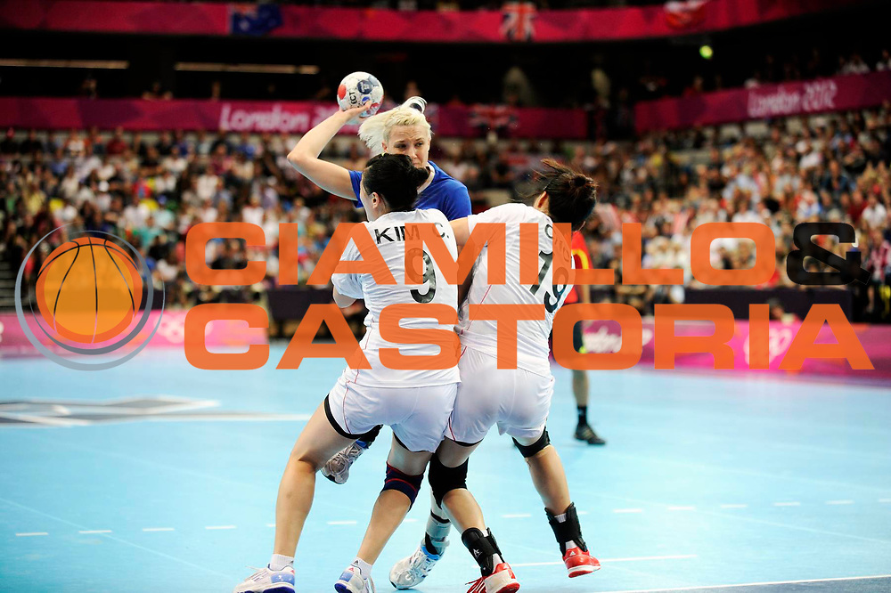 DESCRIZIONE : Handball Jeux Olympiques Londres Quart de Finale<br /> GIOCATORE : Khmyrova Tatiana RUS Kim Youn Choi Jeong KOR<br /> SQUADRA : Russie Femme<br /> EVENTO :  Handball Jeux Olympiques<br /> GARA : Coree Russie<br /> DATA : 07 08 2012<br /> CATEGORIA : handball Jeux Olympiques<br /> SPORT : HANDBALL<br /> AUTORE : JF Molliere <br /> Galleria : France JEUX OLYMPIQUES 2012 Action<br /> Fotonotizia : France Handball Femme Jeux Olympiques Londres Quart de Finale Copper Box<br /> Predefinita :