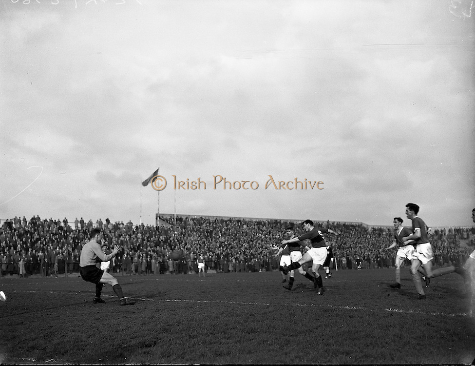 08/03/1959<br /> 03/08/1959<br /> 08 March 1959<br /> Soccer: Bohemians v Cork Hibernians, second round of F.A.I. Cup at Dalymount Park, Dublin.
