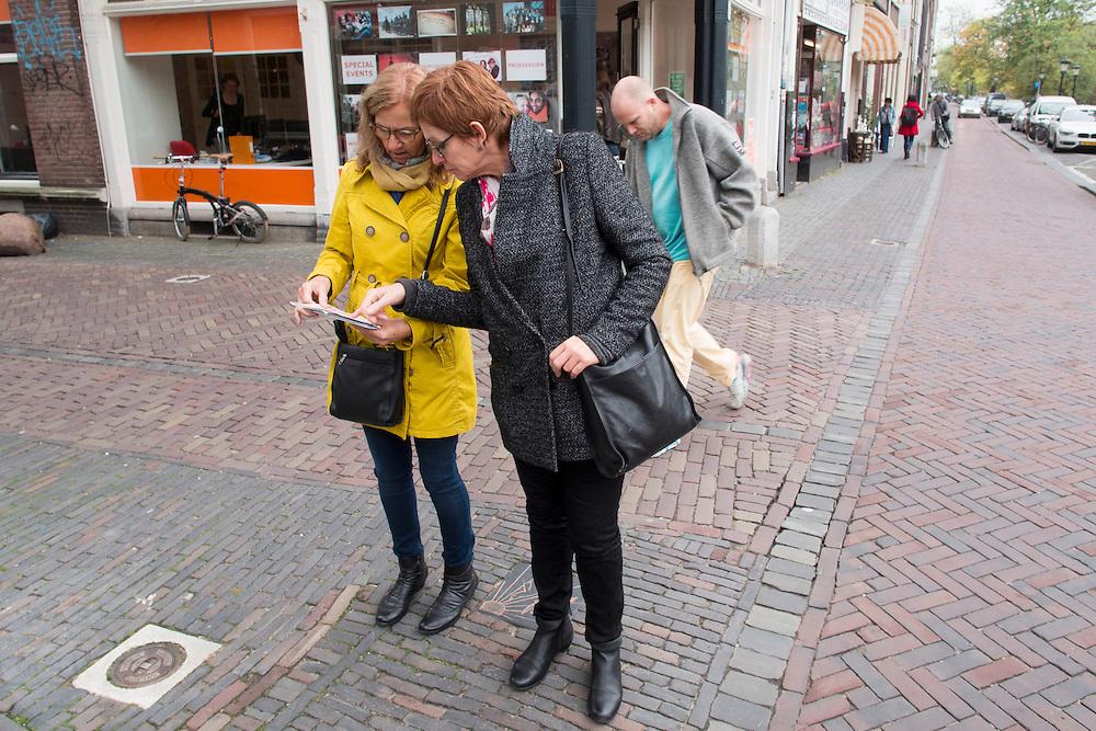In Utrecht zoeken twee vrouwen de weg met behulp van een plattegrond.<br /> <br /> In Utrecht two women are finding the way with the aid of a map.