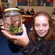 Rianne de Leeuw met een gevangen hoornaar, superwesp, in haar klas