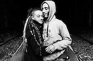 Un jeune couple punk, Manon et Seb. Ils vivent sur les rails, sous le Parc des Buttes-Chaumont, avec leurs quatre chiens. Lorsque le logement manque, Seb vient sur la Petite Ceinture depuis six ans.