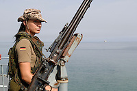 """25 SEP 2006, GOLF VON TADJURA/DJIBOUTI:<br /> Soldatin der Spezialisierten Einsatzkraefte Marine beobachtet die Kueste bei Ausfahrt der Fregatte """"Schleswig-Holstein"""" aus dem Hafen von Djibouti. Die Fregatte ist als Flaggschiff Teil des deutschen Marinekontingents der OPERATION ENDURING FREEDOM und operiert im Seegebiet am Horn von Afrika<br /> IMAGE: 20060925-01-018<br /> KEYWORDS: Dschibuti, Bundeswehr, Marine, Soldat, Soldaten, weiblich, Frau, Maschienengewehr, Afrika, Africa"""